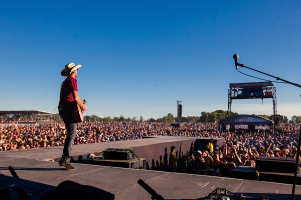 boots-and-hearts-2016-dean-brody-day-crowd