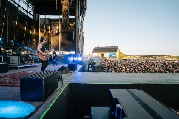 boots-and-hearts-2019-kip-moore-side-stage-crowd