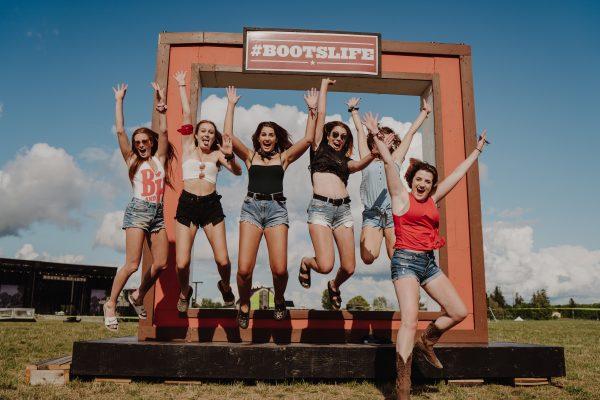 boots-and-hearts-2019-sign-girls-group